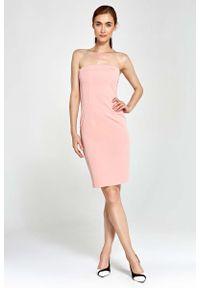 Nife - Różowa Sukienka Wieczorowa Ołówkowa Tuba z Odkrytymi Ramionami. Kolor: różowy. Materiał: poliester, wiskoza, elastan. Typ sukienki: ołówkowe, z odkrytymi ramionami. Styl: wizytowy