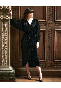 Czarna sukienka kopertowa, na imprezę