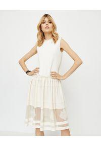 Alexander McQueen - ALEXANDER MCQUEEN - Biała sukienka z jedwabiu. Okazja: na randkę. Kolor: biały. Materiał: jedwab. Wzór: haft, kwiaty, aplikacja. Styl: elegancki