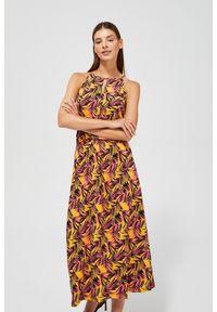 MOODO - Sukienka z tropikalnym nadrukiem. Okazja: na co dzień, na plażę. Materiał: wiskoza, guma. Wzór: nadruk. Typ sukienki: proste, z odkrytymi ramionami. Styl: casual