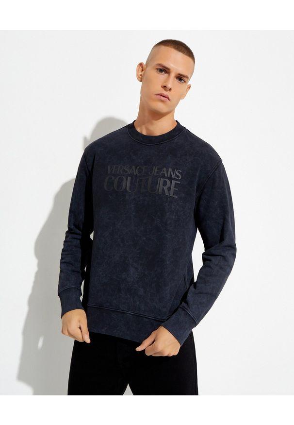 Versace Jeans Couture - VERSACE JEANS COUTURE - Granatowa bluza bez kaptura z logo. Typ kołnierza: bez kaptura. Kolor: czarny. Materiał: materiał. Długość rękawa: długi rękaw. Długość: długie
