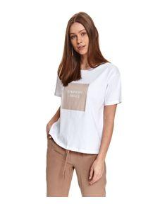 TOP SECRET - T-shirt z nadrukiem. Kolor: biały. Materiał: tkanina, bawełna, jeans. Długość rękawa: krótki rękaw. Długość: krótkie. Wzór: nadruk. Sezon: lato. Styl: klasyczny, sportowy