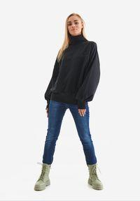 Born2be - Czarna Bluza Badura Mesophine. Typ kołnierza: golf. Kolor: czarny. Materiał: dresówka, bawełna, jeans, dzianina, poliester. Długość: długie. Wzór: haft, aplikacja. Sport: golf