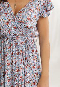 Renee - Jasnoniebieska Sukienka Anigonia. Typ kołnierza: kołnierz z falbankami. Kolor: niebieski. Materiał: tkanina, guma. Długość rękawa: krótki rękaw. Wzór: kwiaty, aplikacja. Typ sukienki: kopertowe. Długość: maxi