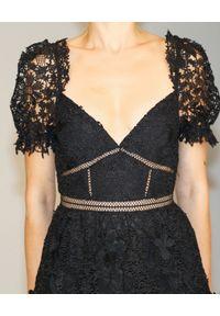 SELF PORTRAIT - Czarna sukienka z koronką. Kolor: czarny. Materiał: koronka. Wzór: koronka. Typ sukienki: rozkloszowane. Długość: midi #3