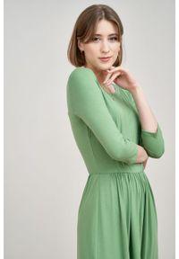 Marie Zélie - Sukienka Emelina zieleń wiosenna. Materiał: materiał, dzianina, tkanina, guma, elastan, wiskoza. Sezon: wiosna. Styl: klasyczny. Długość: midi