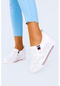 Filippo - Białe sneakersy filippo skórzane półbuty ażurowe na ukrytym koturnie dp1356/21wh. Kolor: biały. Materiał: skóra. Wzór: ażurowy. Obcas: na koturnie