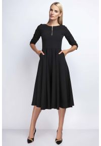 Czarna sukienka rozkloszowana Nommo z kontrastowym kołnierzykiem
