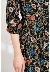 Marie Zélie - Sukienka Lila Cantilena czarna. Typ kołnierza: dekolt w kształcie V. Kolor: czarny. Materiał: wiskoza, materiał, tkanina, skóra, poliester. Wzór: napisy. Typ sukienki: proste