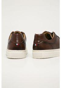 Brązowe sneakersy TOMMY HILFIGER z okrągłym noskiem, z cholewką, na sznurówki