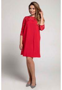 Nommo - Czerwona Trapezowa Sukienka Wizytowa z Koronką PLUS SIZE. Kolekcja: plus size. Kolor: czerwony. Materiał: koronka. Wzór: koronka. Typ sukienki: dla puszystych, trapezowe. Styl: wizytowy