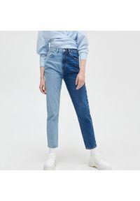 Cropp - Jeansy mom z dwukolorową nogawką - Niebieski. Kolor: niebieski