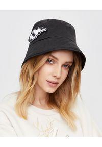 MMC STUDIO - Czarna czapka z naszywką Orbit. Kolor: czarny. Materiał: dresówka, tkanina, guma, jeans, bawełna. Wzór: aplikacja. Styl: sportowy