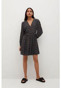 Czarna sukienka mango rozkloszowana, z długim rękawem
