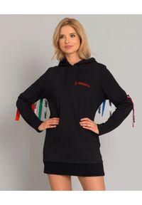DSG - Sukienka z kolorową aplikacją. Kolor: czarny. Materiał: bawełna. Długość rękawa: długi rękaw. Wzór: aplikacja, kolorowy. Typ sukienki: sportowe. Styl: klasyczny, sportowy. Długość: mini