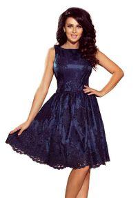 Niebieska sukienka wieczorowa Numoco w koronkowe wzory