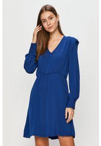 Vero Moda - Sukienka. Kolor: niebieski. Długość rękawa: długi rękaw. Typ sukienki: rozkloszowane