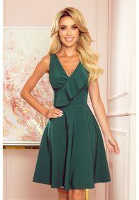 Numoco - Rozkloszowana Sukienka z Asymetryczną Falbanką na Dekolcie - Zielona. Kolor: zielony. Materiał: poliester, elastan. Typ sukienki: asymetryczne