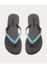 MYSTIQUE SHOES - Japonki z niebieskimi kryształami Ontario. Kolor: czarny. Materiał: guma. Wzór: aplikacja. Styl: elegancki