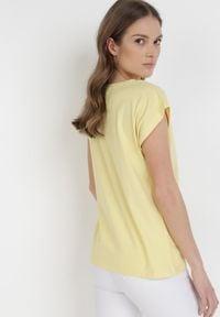 Born2be - Żółty T-shirt Peshahria. Kolor: żółty