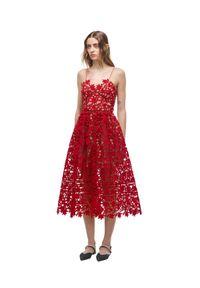 SELF PORTRAIT - Czerwona koronkowa sukienka midi. Kolor: czerwony. Materiał: koronka. Długość rękawa: na ramiączkach. Wzór: koronka. Typ sukienki: rozkloszowane. Długość: midi