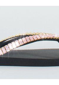 MYSTIQUE SHOES - Japonki z kryształami. Okazja: na co dzień. Kolor: czarny. Materiał: guma. Wzór: paski, aplikacja. Sezon: lato. Styl: elegancki, casual