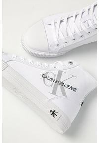 Białe tenisówki Calvin Klein Jeans z cholewką, na obcasie, na średnim obcasie, na sznurówki
