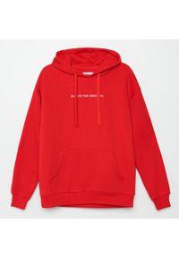 Czerwona bluza Cropp z napisami
