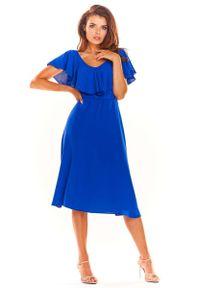 Awama - Niebieska Rozkloszowana Midi Sukienka z Falbanką przy Dekolcie. Kolor: niebieski. Materiał: poliester, elastan. Długość: midi