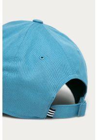 Niebieska czapka z daszkiem adidas Performance z aplikacjami