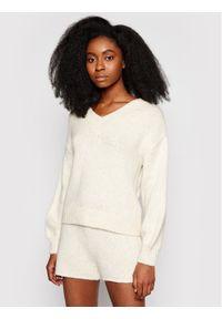 Beżowy sweter klasyczny NA-KD