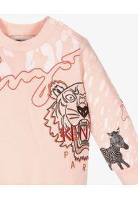 Kenzo kids - KENZO KIDS - Różowa bluza z nadrukami zwierząt 0-4 lat. Kolor: różowy, wielokolorowy, fioletowy. Materiał: materiał, prążkowany. Długość rękawa: długi rękaw. Długość: długie. Wzór: nadruk. Sezon: lato. Styl: klasyczny