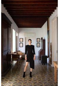 MOE - Czarna Dopasowana Sukienka z Asymetrycznym Dołem. Kolor: czarny. Materiał: poliester, elastan. Typ sukienki: asymetryczne
