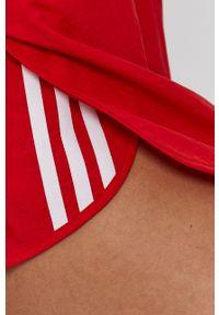 adidas Originals - Szorty. Okazja: na co dzień. Kolor: czerwony. Materiał: materiał, tkanina. Wzór: gładki. Styl: casual