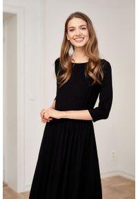 Marie Zélie - Sukienka Emelina czarna. Kolor: czarny. Materiał: wiskoza, dzianina, materiał, elastan, guma. Styl: klasyczny. Długość: midi