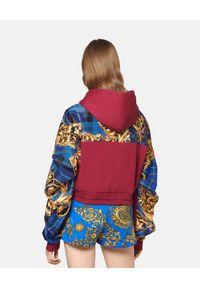 Versace Jeans Couture - VERSACE JEANS COUTURE - Bordowa bluza z kapturem. Typ kołnierza: kaptur. Kolor: czerwony. Materiał: materiał. Długość rękawa: długi rękaw. Długość: długie. Wzór: nadruk, aplikacja