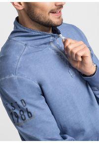 Bluza z efektem wytarcia bonprix matowy niebieski. Typ kołnierza: kołnierzyk stójkowy. Kolor: niebieski. Wzór: nadruk
