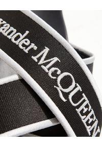 Alexander McQueen - ALEXANDER MCQUEEN - Czarne klapki z logo. Kolor: czarny. Materiał: jeans, guma, żakard. Sezon: lato. Styl: klasyczny