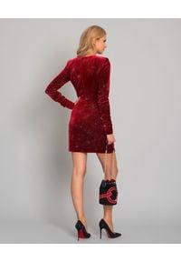 RAQUEL DINIZ - Czerwona welurowa sukienka z kryształami. Kolor: czerwony. Materiał: welur. Styl: wizytowy, klasyczny, elegancki. Długość: mini
