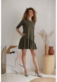 Nommo - Bawełniana Sukienka z Ukośną Falbanką - Khaki. Kolor: brązowy. Materiał: bawełna