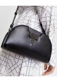 OFF-WHITE - Skórzana torebka z klipsem. Kolor: czarny. Wzór: gładki. Materiał: skórzane. Styl: casual. Rodzaj torebki: na ramię