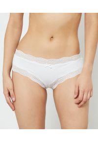 Białe majtki Etam w koronkowe wzory