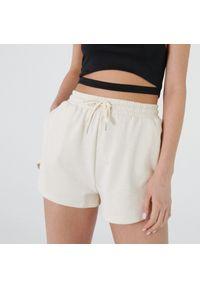 Cropp - Dresowe szorty - Biały. Kolor: biały. Materiał: dresówka