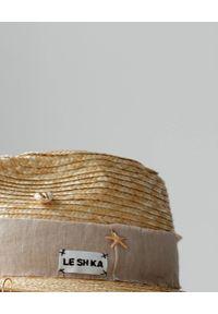 LESHKA - Słomiany kapelusz z muszlami Straw Fedora. Kolor: beżowy. Materiał: jedwab, len, materiał. Wzór: aplikacja. Styl: elegancki