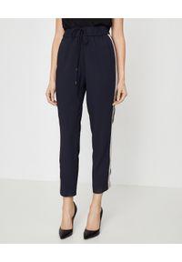 CAPPELLINI - Granatowe spodnie z lampasem. Stan: podwyższony. Kolor: niebieski. Materiał: materiał