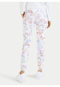 Bawełniane dresy z printem motyli Juvia. Kolor: biały. Materiał: bawełna, dresówka. Wzór: nadruk