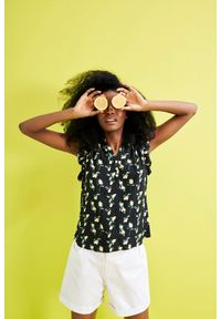MOODO - Bluzka koszulowa z printem. Typ kołnierza: kołnierzyk stójkowy. Materiał: wiskoza. Długość rękawa: krótki rękaw. Długość: krótkie. Wzór: nadruk