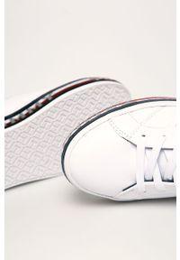 Białe buty sportowe TOMMY HILFIGER z okrągłym noskiem, z cholewką, na średnim obcasie
