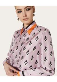 VALENTINO - Jedwabna liliowa koszula z kokardą. Typ kołnierza: kokarda. Kolor: wielokolorowy, fioletowy, różowy. Materiał: jedwab. Długość rękawa: długi rękaw. Długość: długie. Wzór: geometria, kolorowy. Sezon: lato
