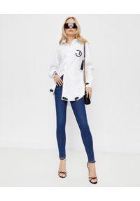 CHAOS BY MARTA BOLIGLOVA - Biała koszula z bawełny z kontrastowym nadrukiem. Kolor: biały. Materiał: bawełna. Wzór: nadruk. Styl: klasyczny, sportowy